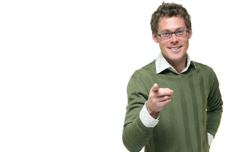 Auch bei Berufen wo kein strenger Dresscode herrscht oder wo man einfache Berufskleidung trägt, sollten Sie auf dem Bewerbungsfoto seriös und elegant gekleidet sein. Ein eleganter Pullover mit einem kontrastreich sich abhebenden Hemd darunter (nicht zwingend) ist beispielsweise eine Möglichkeit.