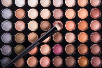 Make-Up sollte dezent aufgetragen werden, beispielsweise in Farbtönen, die hier abgebildet sind. Also nicht stark leuchtende Farben. Auch hier wieder gibt es Ausnahmen, wie etwa in der Mode- oder Werbebranche.